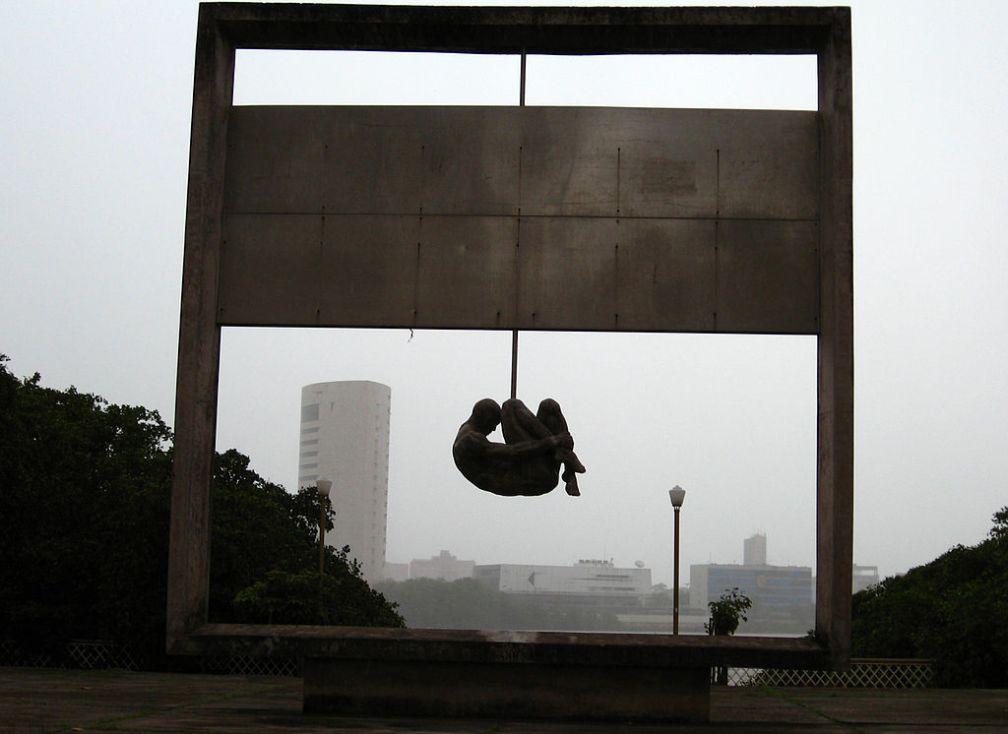 1024px-Monumento_Tortura_Nunca_Mais_-_Recife